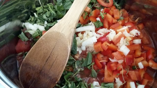 przecier pomidorowy, domowy przecier pomidorowy, pomidory, papryka czerwona, cebula, czosnek, bazylia, tymianek, świeże zioła, przetwory