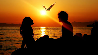 menikmati sunset di pantai
