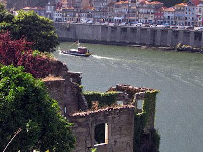 ruinas, rio Douro e barco rabelo