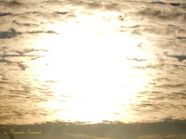 Sole circondato da nuvole