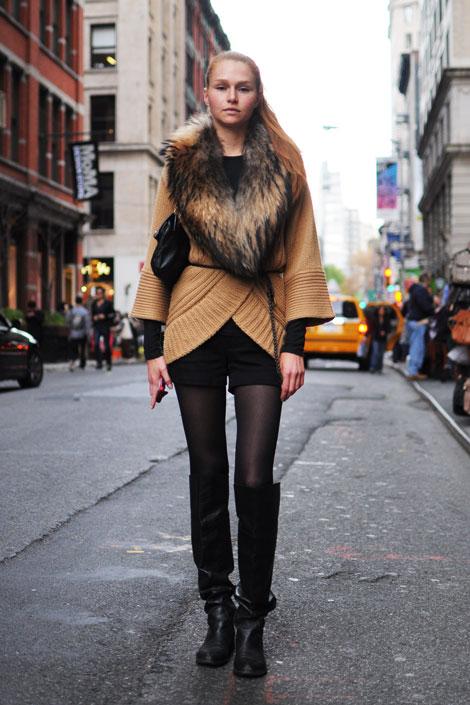 Если говорить про то, с чем носить шорты зимой, то идеальный вариант - это короткая дублёнка.
