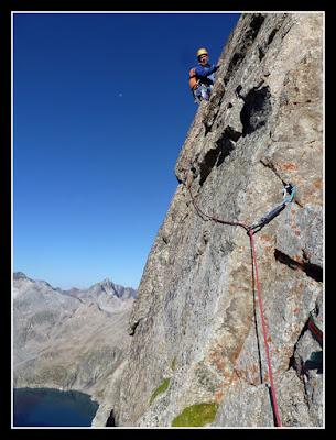 Escalando el Gendarme Blanco en la cresta de Lezat