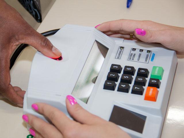 Metade dos eleitores brasileiros irão votar com biometria nessas eleições