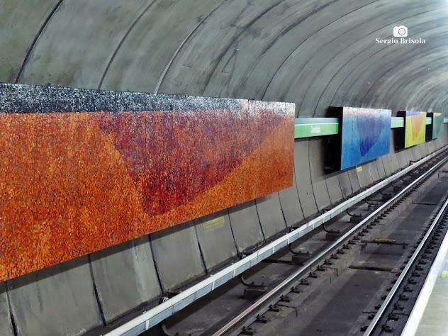 Vista ampla lateral dos Mosaicos Quatro Estações - Metrô Consolação - São Paulo