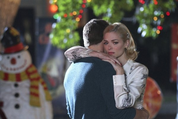 Hart of Dixie - Lemon (Jaime King) embraces George (Scott Porter) outside surrounded by Christmas decorations