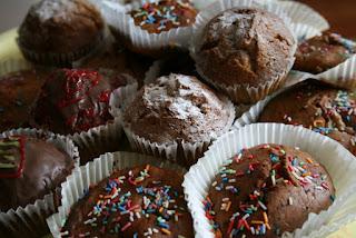 muffinki czekoladowe w papierowych papilotkach z posypką