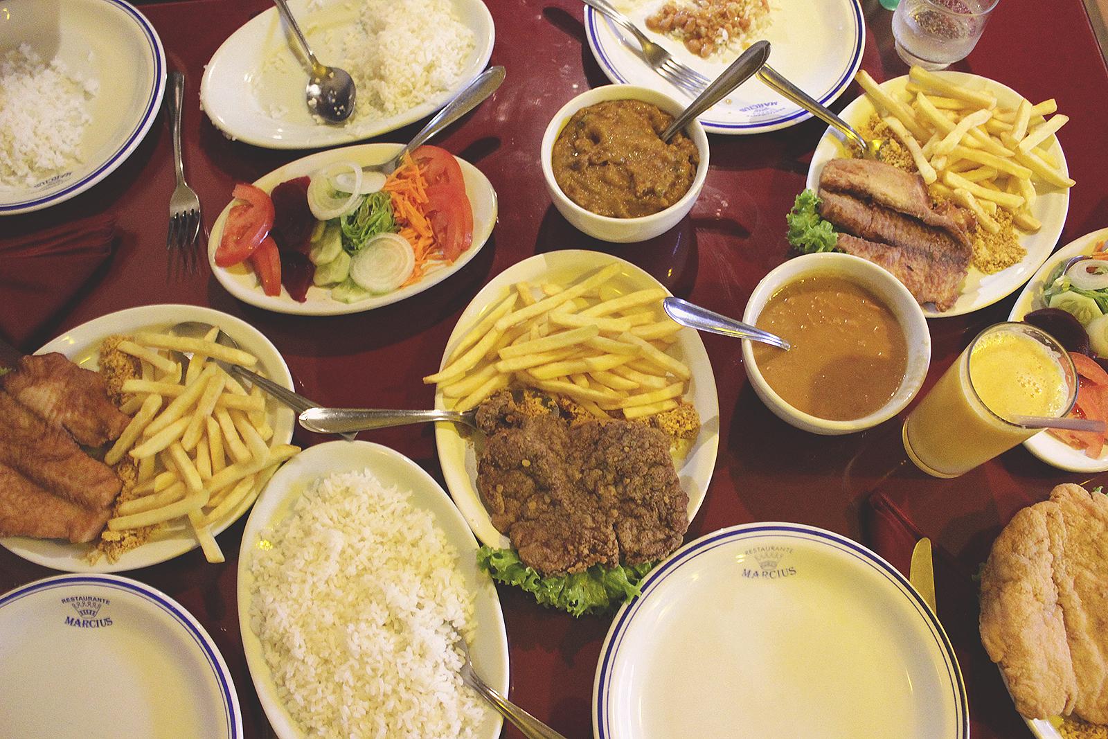 restaurante mesa cheia comida simples brasileira