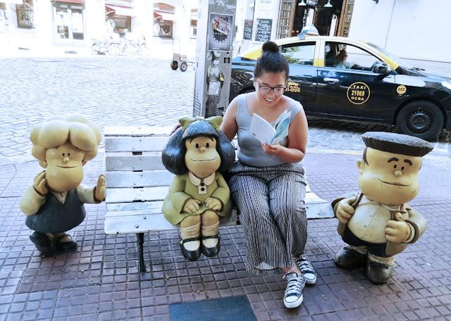 Eu lendo o meu livro, A Intermitência das Coisas, para a Malfada, lá em San Telmo, Buenos Aires.