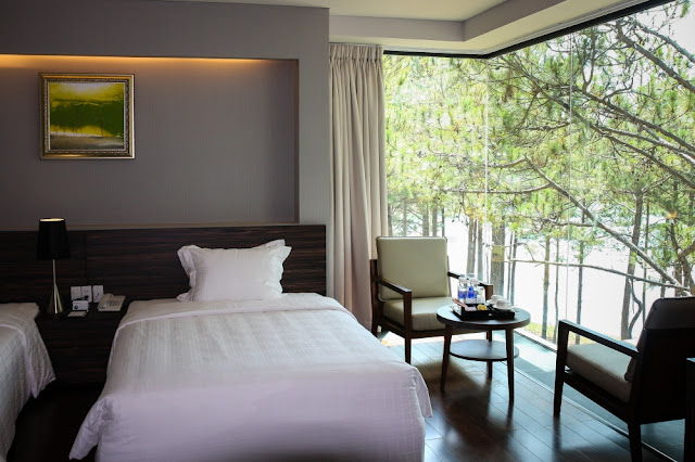 Phòng ngủ đước thiết kế sang trọng, có view ra bờ hồ