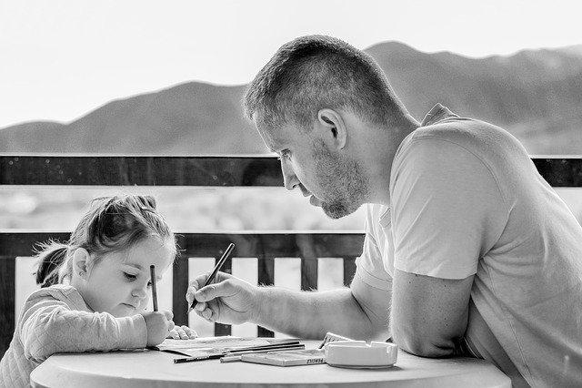 Seorang ayah yang mengajari anak perempuannya