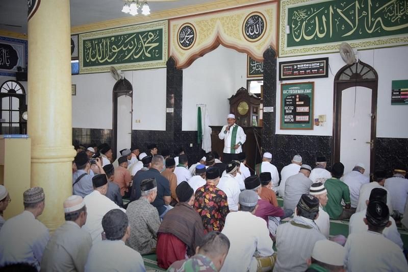 Jumatan di Masjid Agung Darmaraja, Kang Uu Ajak Warga Perkuat Fondasi Bangun Jabar