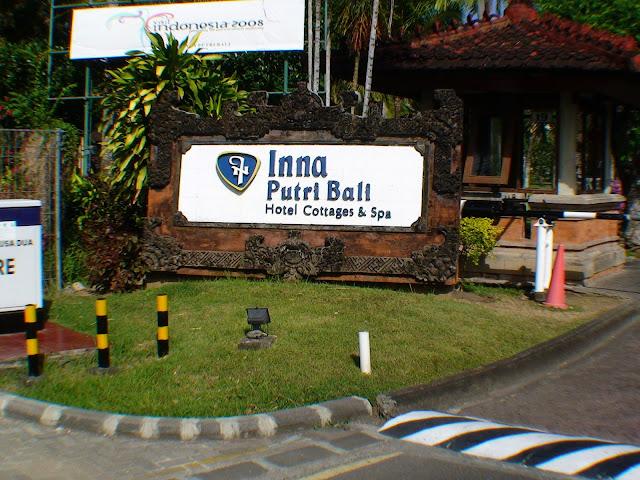 Изображение указателя перед въездом на территорию отеля
