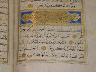 Arabische, goldene Schriftzüge alter Texte im Koran