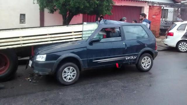 Motorista embriagado bate em caminhão estacionado no bairro Carvalho Pinto