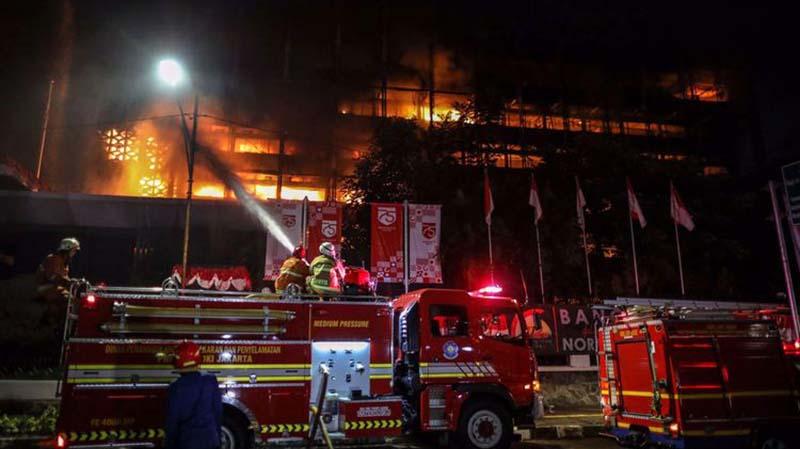 Petugas Kebakaran Padamkan Gedung Kejagung