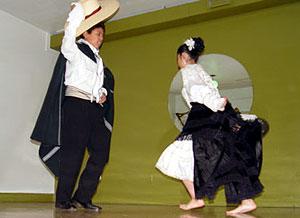 Foto de una pequeña pareja bailando marinera norteña