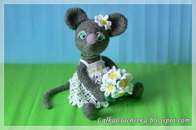 http://lalkacrochetka.blogspot.com.es/2016/06/mouse-with-camomiles-mysz-z-rumiankami.html