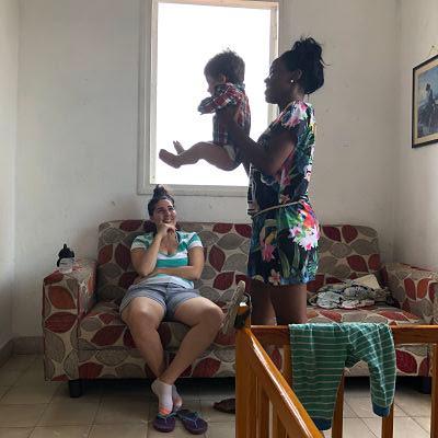La Habana. Mujeres jugando con bebé