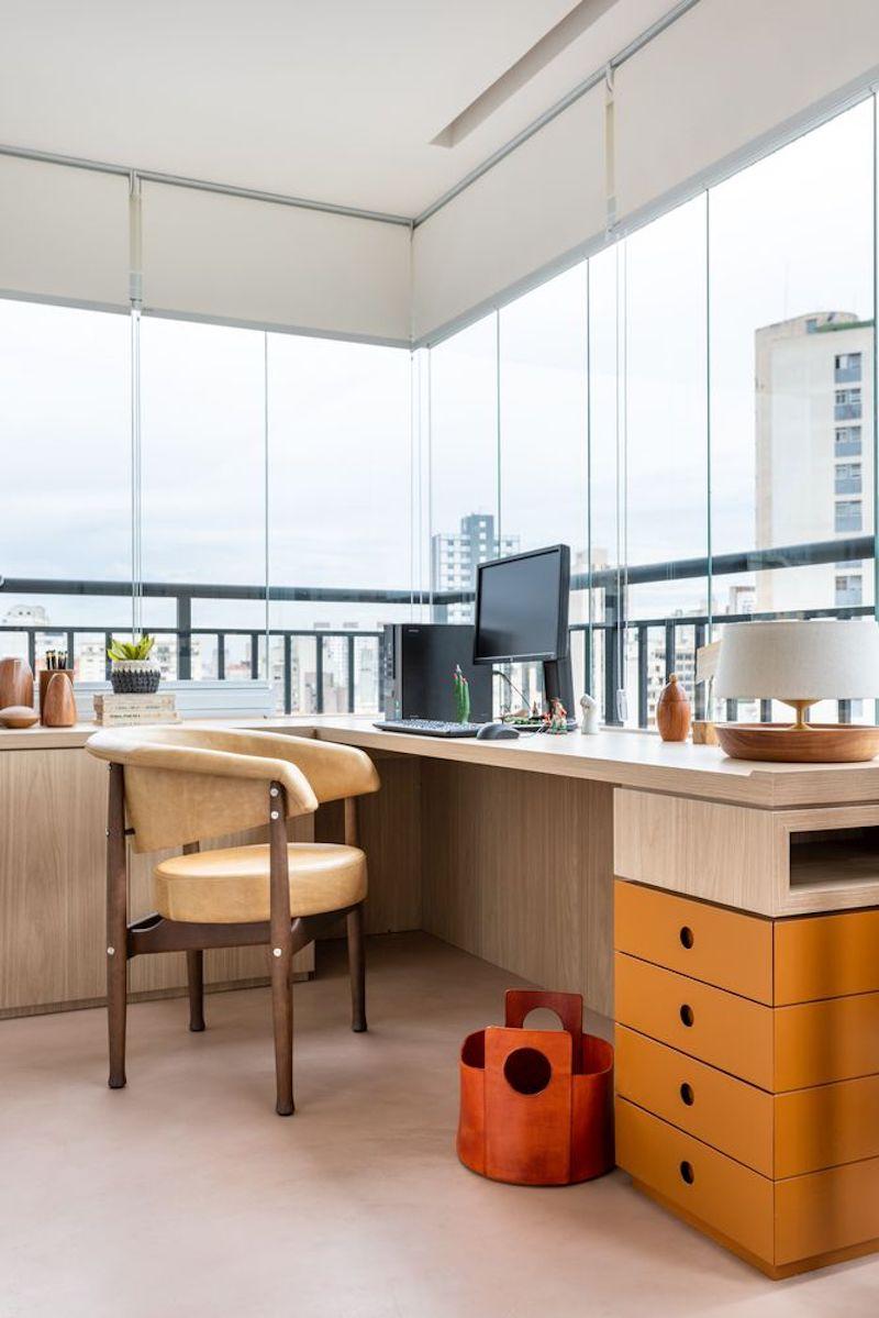 Separar habitaciones con muebles en lugar de con paredes: despacho con ventanas panorámicas cerrando el balcón.