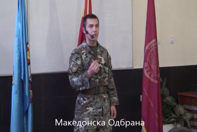 Makedonischer Soldat mit Motivationsrede bei Rednerwettbewerb
