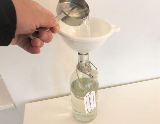 Väkiviinaetikka kaadetaan pulloon ja perään laitetaan vesi