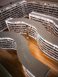 Gambar Seseorang Membaca di Perpustakaan