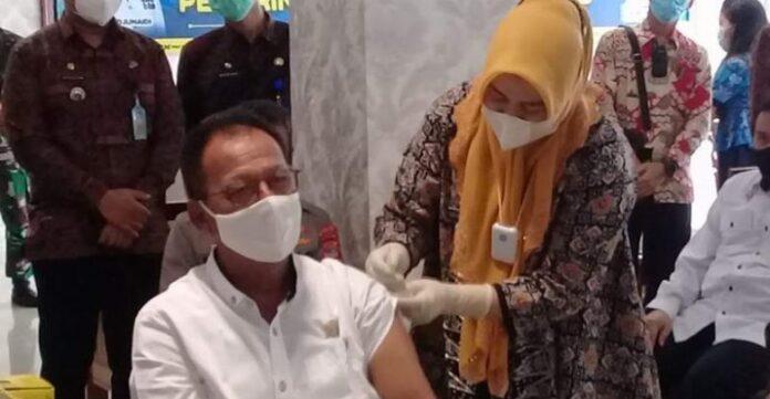 "Ketua DPRD Lampung Mingrum Gumay ""Kick Off"" Vaksinasi Covid-19 Pertama di Lampung"