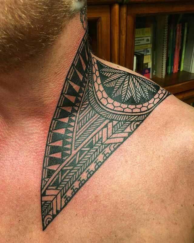 Vemos Tatuaje maori con significado en el cuello