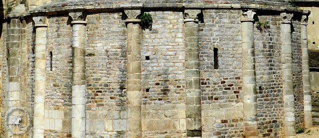 Bâtie dans le style roman occitan, l'abbatiale comporte deux clochers carrés dont  celui placé au sud est fortifié.