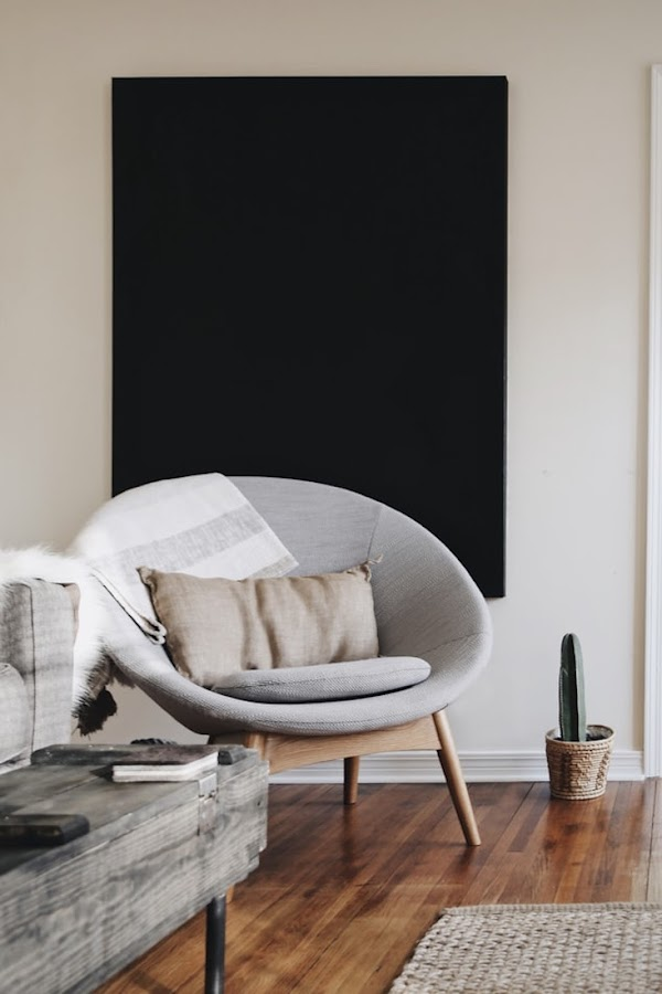 Salón decorado en tonos blanco, negro y grises