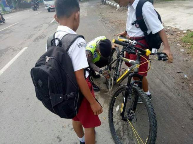 Polisi Bantu Siswa SD yang Sepedanya Rusak di Rembang Dipuji Netizen