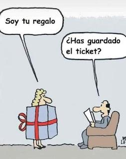 Mujer de disfraza de regalo para el marido y el pide el ticket