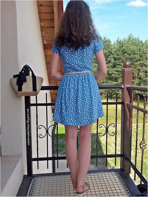 Stylizacja z niebieską sukienką i torebką koszykiem z kokardą
