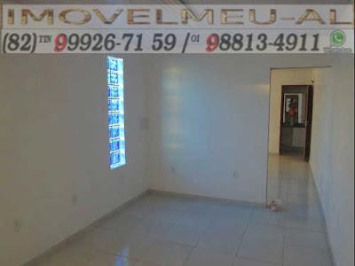 Podemos notar que nos 20 metros quadrados da sala temos uma pintura impecável e pisos de primeira qualidade na cor branca e em sua totalidade.