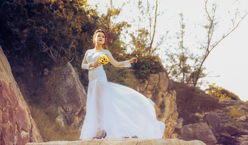 Một khuôn mặt xinh đẹp với chiếc váy trắng tinh khiết của cô ấy ở một nơi yên bình