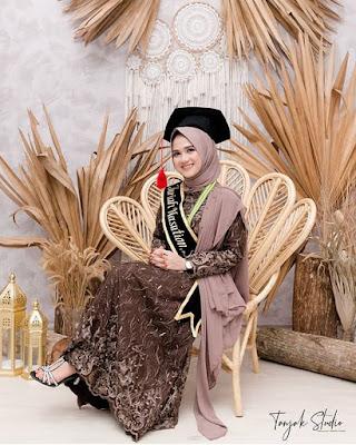 Ispirasi Kebaya Wisuda Mahasiswi Berjilbab Modern 2020