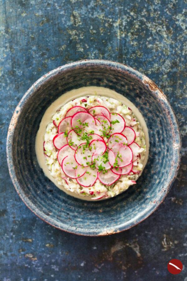 Dieser leichte Krautsalat (american coleslaw) aus Spitzkohl begeistert durch sein leichtes, cremiges Dressing aus Tahini und Zitrone mit etwas Kapern und Senf. Das macht ihn sogar vegan und zu weit mehr, als einer Beilage zum gegrillten Fleisch. Ein einfaches, schnelles Rezept, das ihr unbedingt probieren müsst! #rezepte #coleslaw #amerikanisch #deutsch #cremig #original #kfc #krautsalat #sommer #gutbeihitze #thermomix #schnell #joghurt #kalorienarm #vegan #vegetarisch #ohne_mayo #mayonnaise