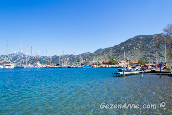 Selimiye limanındaki yaz günlere göre nispeten az olan yatlar ve tekneler, Marmaris