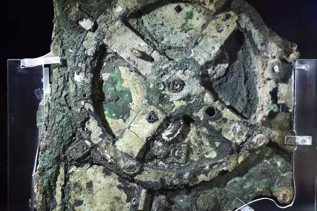 A Model of the Cosmos in the ancient Greek Antikythera Mechanism