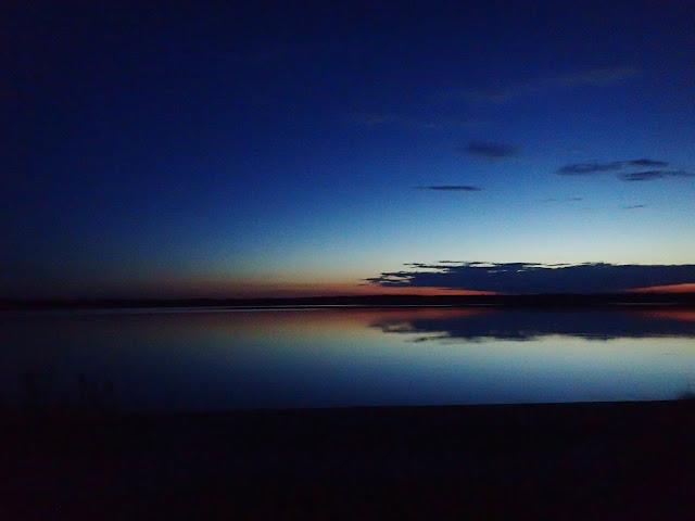 Słońce zachodzi nad poleskim jeziorem
