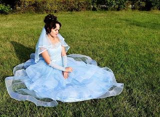 Невеста в голубом свадебном платье
