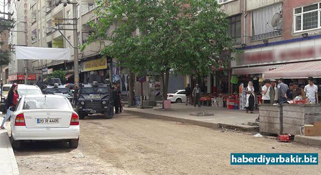 DİYARBAKIR-Diyarbakır'ın merkez Bağlar ilçesinde kimliği belirsiz kişi ya da kişiler tarafından caddeye bırakılan şüpheli çanta paniğe neden oldu.