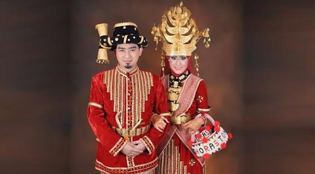 Ustadz Solmed dan April Jasmine Melangsungkan Resepsi Pernikahn dengan menggunakan Pakaian Adat Batak Mandailing