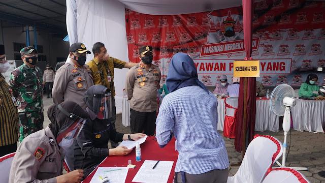 Kapolda Jateng Tinjau Vaksinasi Buruh Pabrik di Purbalingga