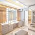 Closet cinza e dourado com ilha penteadeira e estilo clássico/contemporâneo!