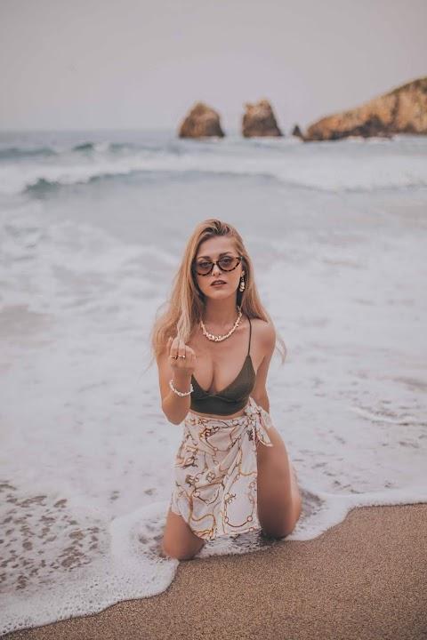 Hot girl tạo dáng với sóng biển