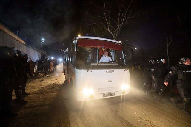 Sợ lây nhiễm, người biểu tình Ukraine tấn công xe buýt chở người di tản từ Trung Quốc
