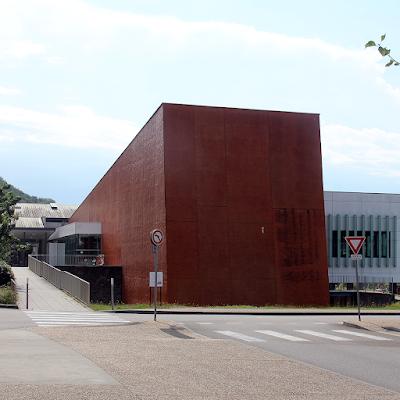 The modern 'Médiathèque Intercommunale Eric Rohmer'.