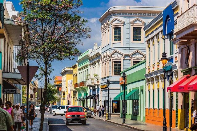 Rue de San Juan avec appartement architecture coloniale colorée