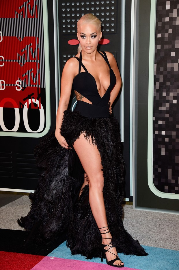 Rita Ora bet in skirt made of black feathers MTV VMA 2015